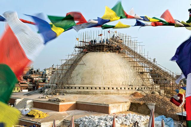 Stupa Boudhanath di Kathmandu, Nepal sedang dalam restorasi.
